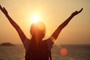 Frau-arme geöffnet zur Sonne, Sonne produziert Vitamin-D